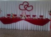 cervena-farba-vyzdoby-hlavny-stol-kesel