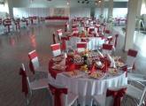 Svadobná sála s červenou výzdobou