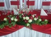 cervena-svadobna-vyzdoba-hlavny-stol