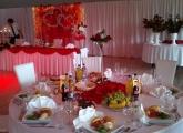 Pohľad na hlavný stôl s výzdobou v Kesel centre Bardejov