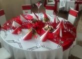 cervena-vyzdoba-stoly-stolicky-sviecky-bardejov