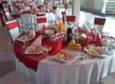 okruhle-stoly-cervena-svadobna-sala-kesel