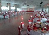 svadba-bardejov-okruhle-stoly-cervena