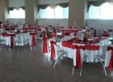 svadba-kesel-bardejov-okruhle-stoly-cervena